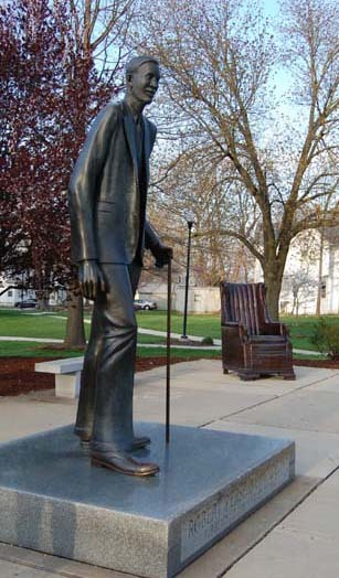 Robert Wadlow Statue - Attractions/Entertainment - 2809 College Ave, Alton, IL, 62002