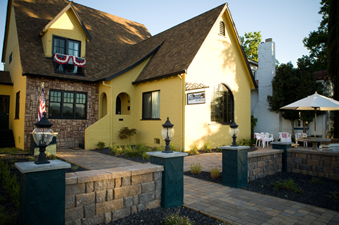 Bridgehouse Bed And Breakfast - Hotels/Accommodations - 1455 Riverside Dr, Redding, CA, United States