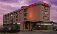 Best Western Voyageur Place Hotel - Hotel - 17565 Yonge Street, Newmarket, ON, Canada