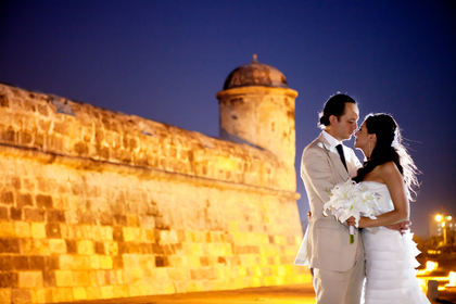 Couple in the Cartagena Wall.  justmarriedcol, copyrigth - Favors - JUST MARRIED 