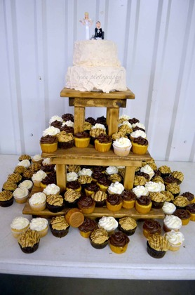 Cakes and Desserts - Crysta and Travis's Wedding in Cleburne, TX, USA